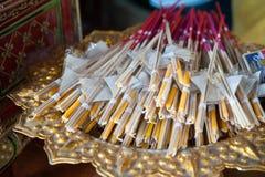 Sistemas del palillo de la vela y del incienso en cesta Foto de archivo libre de regalías