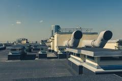 Sistemas industriais do condicionamento de ar e de ventilação em um telhado imagem de stock royalty free