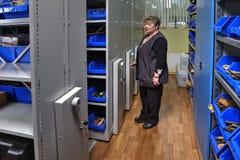 Sistemas móviles de la estantería del almacén de la herramienta en los carriles fotografía de archivo libre de regalías