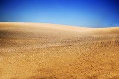 Sistemi con terra e cielo blu con le nuvole sull'azienda agricola nel giorno soleggiato della bella estate Pulito, idilliaco, pae fotografia stock libera da diritti