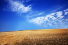 Sistemi con terra e cielo blu con le nuvole sull'azienda agricola nel giorno soleggiato della bella estate Pulito, idilliaco, pae fotografia stock