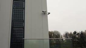 Sistemi di sicurezza di costruzione con l'unità e le videosorveglianze dell'allarme stock footage