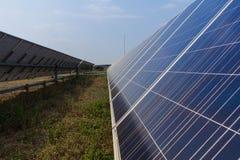Sistemi di tracciamento del pannello solare, potere di energia in Tailandia Fotografia Stock