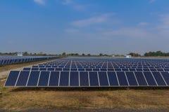 Sistemi di tracciamento del pannello solare, potere di energia in Tailandia Fotografie Stock