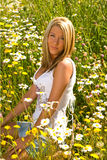 sistemi la seduta graziosa della ragazza di fiori Fotografia Stock Libera da Diritti