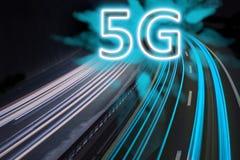 sistemi senza fili e Internet della rete 5G indicati con le luci della traccia sulla strada principale illustrazione di stock