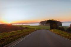 Sistemi sulla mattina dell'alba nella nebbia nel tempo di autunno Immagini Stock Libere da Diritti