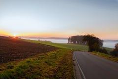 Sistemi sulla mattina dell'alba nella nebbia nel tempo di autunno Fotografia Stock