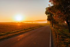 Sistemi sulla mattina dell'alba nella nebbia nel tempo di autunno Fotografie Stock Libere da Diritti