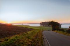 Sistemi sulla mattina dell'alba nella nebbia nel tempo di autunno Fotografie Stock