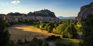 Sisteron и цитадель на заходе солнца в лете Alpes-de-Hautes Провансаль, Франция стоковые изображения rf