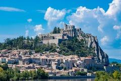 Sisteron коммуна в отделе Alpes-de-Haute-Провансали стоковые фотографии rf