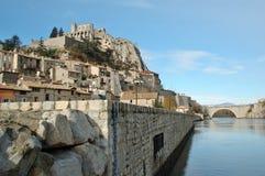 Sisteron et la passerelle au-dessus du fleuve Durance Photo stock