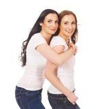 2 sisterss объятие и усмехаться Стоковая Фотография