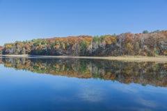 Sistfärger av nedgångspegeln reflekterar på sjön Royaltyfri Bild