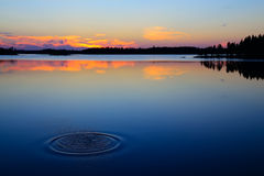Sistfärgstänk. Sjö Engozero, norr Karelia, Ryssland Arkivbild
