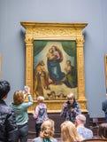 Sistine Madonna die - door kunstenaar Raphael Santi bij de Galerij van Oude Meesters in Dresden schilderen stock afbeelding