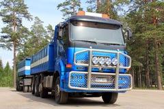 Sisu 18E630 Sattelzugmaschine und Auflieger Lizenzfreie Stockfotos