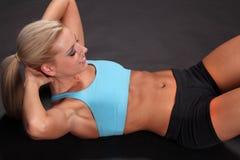 Sit-ups женщины Стоковая Фотография