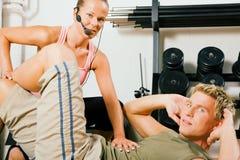 Sit-ups con l'addestratore immagini stock libere da diritti