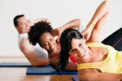 Sit-ups in der Gymnastik für Eignung Stockfotografie