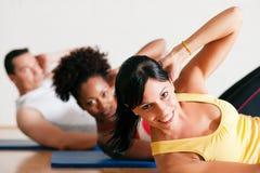Sit-ups in der Gymnastik für Eignung Stockbild
