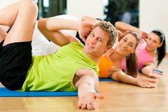 Sit-ups in der Gymnastik für Eignung Lizenzfreie Stockfotos