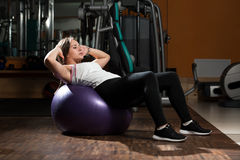 Sit Ups On Exercise Ball Fotografie Stock