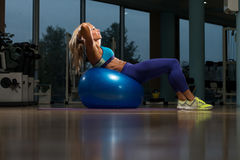 Sit Ups On Exercise Ball Fotografia Stock