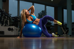 Sit Ups On Exercise Ball Fotografia Stock Libera da Diritti