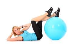 Sit-ups mit Kugel Stockbild