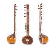 Sitar ett indiskt traditionellt instrument för rad som isoleras på vit Arkivfoto