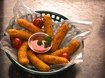 Sitcks de fromage, tomates-cerises et suace Photos libres de droits
