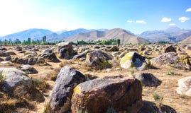 Site antique avec des pétroglyphes au Kirghizistan image libre de droits