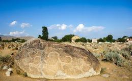 Site antique avec les pétroglyphes historiques au Kirghizistan photographie stock