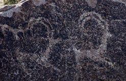 Site antique avec les pétroglyphes historiques au Kirghizistan photographie stock libre de droits