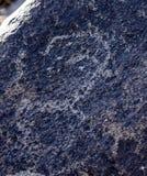 Site antique avec les pétroglyphes historiques au Kirghizistan photos stock