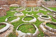 Site archéologique d'Ostia Antica - pots antiques de WI Photographie stock