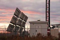 Site cellulaire et panneaux solaires image libre de droits