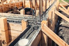 Site de base de nouvelle maison, de bâtiment, de détails et de renforts avec les barres d'acier et le fil machine, se préparant a photo libre de droits