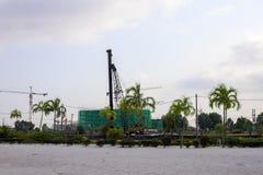 Site de construction de bâtiments sur la plage blanche de sable avec des palmiers Nouvelle construction de station de vacances Photographie stock