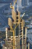 Site de construction de bâtiments avec la grue à Dubaï du centre photos stock