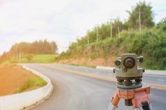 Site de construction de routes, instrument de théodolite images stock