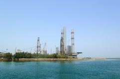 Site de forage de pétrole au rivage photo stock