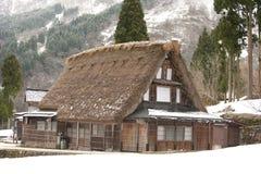 site de Monde-héritage, maison de couvrir de chaume-toit, Japon Photos stock