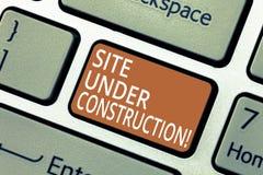 Site des textes d'écriture en construction La signification de concept implique quelque chose est pour la première fois construit photographie stock
