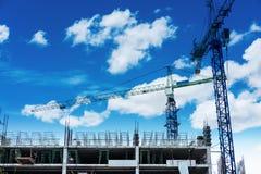 Site en construction de construction avec le ciel bleu et les nuages blancs Photo libre de droits