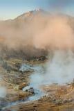 Site géologique de ébullition de crique chaude volcanique près des lacs gigantesques un matin d'hiver Images libres de droits