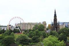 Site historique, Scott Monument au coeur d'Edimbourg, Ecosse avec la grande roue au festival annuel de frange photographie stock libre de droits