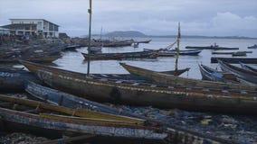 Site malpropre des canoës endommagés, port de Conakry, Guinée banque de vidéos